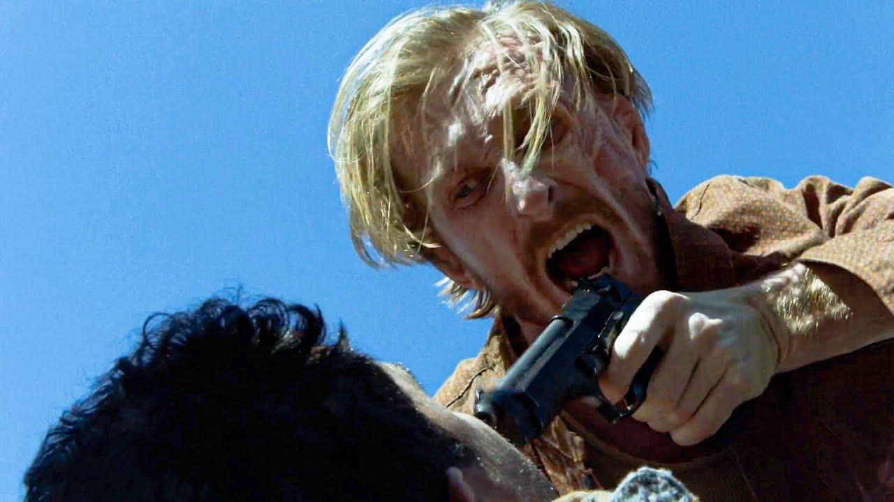 Dwight apunta con un arma a un mienbro del grupo de Sherry en el episodio 6x05 de Fear The Walking Dead