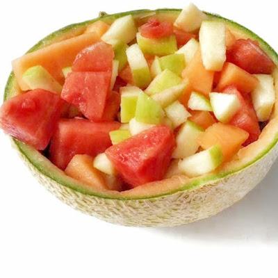 Melón vaciado y relleno con diferentes frutas  manzana, melón, sandía