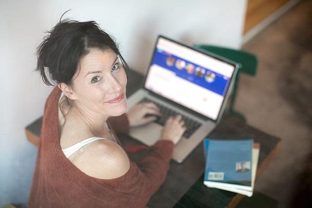 Haben Sie versucht, sich auf Online-Dating-Seiten einzulassen? Versuchen Sie, sich an einige Dinge zu erinnern, um Sie jederzeit zu schützen. Es ist nicht ungewöhnlich, dass viele Menschen auf Online-Dating-Seiten zurückgreifen, um jemanden zu finden, den sie lieben können. Es gibt tatsächlich viele Menschen, die ihre Ehepartner über das Internet kennengelernt haben. Obwohl Internet-Dating sicher aufbewahrt werden kann, gibt es auch einige Gefahren, die damit verbunden sind. Menschen sagen zum Beispiel möglicherweise nicht wirklich die Wahrheit darüber, wer sie sind.    Es ist immer leicht vorzutäuschen, dass Sie jemand anderes online sind. Achten Sie auf Inkonsistenzen, um sicherzugehen, was Ihr Internet-Freund Ihnen erzählt hat. Achten Sie auf die Details seiner Geschichten. Wenn er Ihnen gestern etwas über ein bestimmtes Detail seines Lebens erzählt hat und es sich dann am nächsten Tag dramatisch ändert, könnte es sein, dass er gelogen hat.