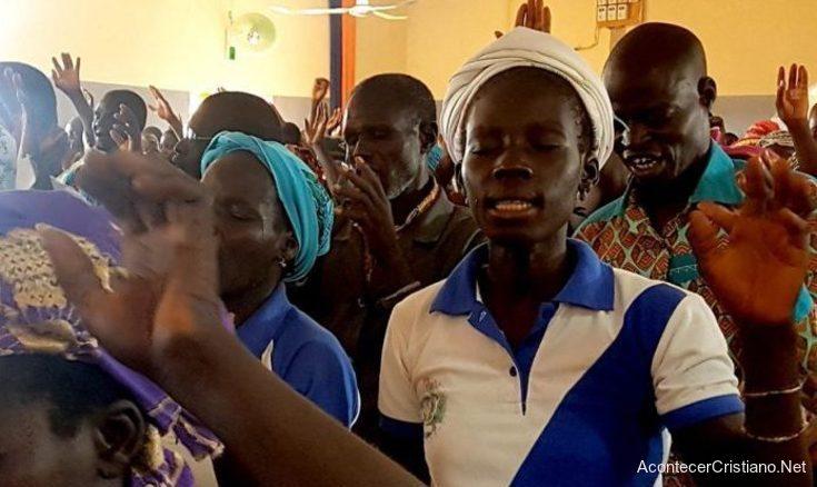 Cristianos adorando en iglesia de Burkina Faso