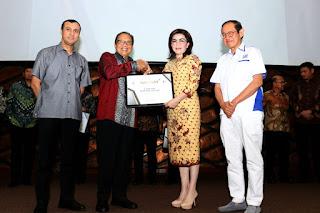 Bupati Cantik CEP Menerima Penghargaan Natamukti