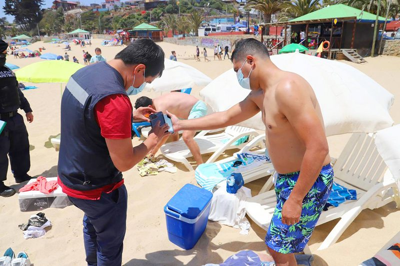 Autoridades fiscalizan hasta el porte de alcohol gel en la playa