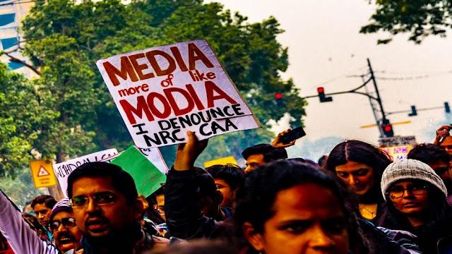 संवेदनशील समझे जाना वाला 'भद्रलोक' का मानुष जब नागरिकता संशोधन कानून पर हो रहे प्रदर्शनों को धर्म के आयने से परखने लगता है तब संकट गहरा जाता है