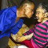 TERHARU! Meski Tak Memiliki Kedua Tangan, Pria Ini Dengan Tulus Menyuapi Ibunya Yang Sakit