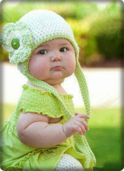 Yeşil elbiseli güzel bebek resmi