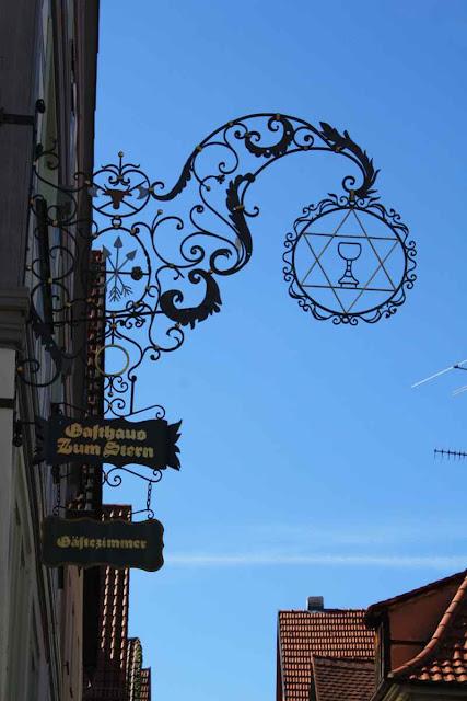 Das Gasthaus Zum Stern wirbt mit dem Weinglas © Copyright Monika Fuchs, TravelWorldOnline