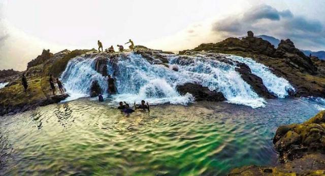 berenang-di-pantai-wedi-ombo