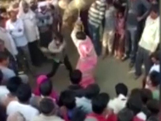 Толпа изнасиловала женщину, которую муж публично избил за измену