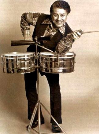 Foto de Tito Puente posando parado