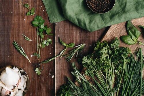 Los condimentos están llenos de nutrientes y ofrecen grandes beneficios para la salud, como la mayoría de los que se utilizaban anteriormente y siguen utilizándose en la medicina alternativa. Desde la pimienta inglesa hasta la cúrcuma, ¡descubre 20 especias y hierbas diferentes y cómo usarlas!
