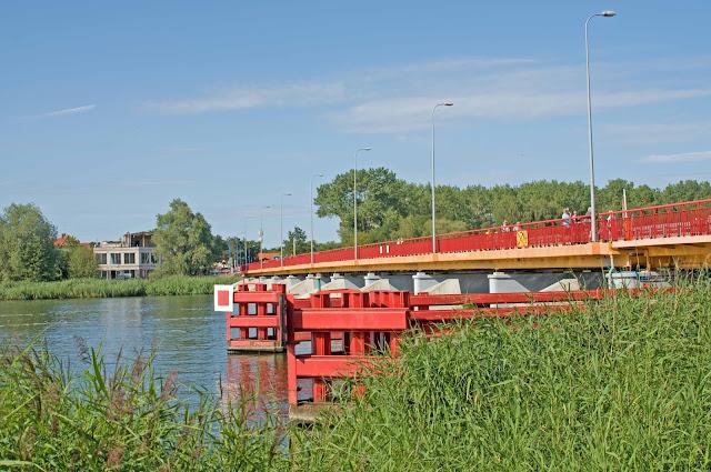 most zwodzony w Dziwnowie, widok na ulicę
