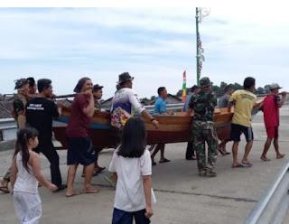 Anggota Satgas TMMD ke 111 Kodim 0315/Bintan Perbaiki Perahu Nelayan  bersama warga Desa Marok Tua