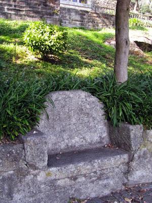 banco de granito num parque