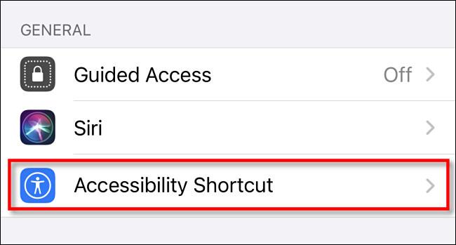 """في إعدادات إمكانية الوصول على iPhone ، انقر على """"اختصار إمكانية الوصول""""."""