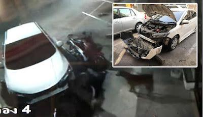 Gerombolan anjing liar rusak mobil