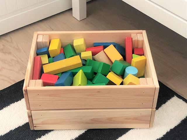 """""""Oskarin"""" saamat puiset rakennuspalikat, joiden laatikko kaipaisi vielä väriä pintaan"""