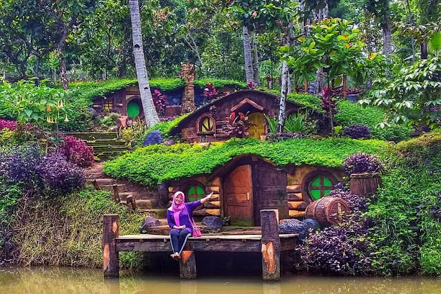spot foto rumah Hobbit di wisata banyu mili wonosalam jombang