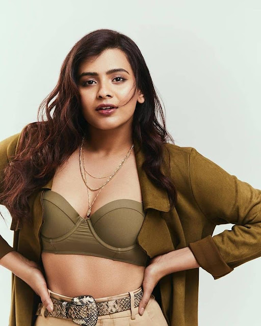 Hebah Patel Latest Instagram Photos Shows Off Her Sexy Cleavage Navel Queens