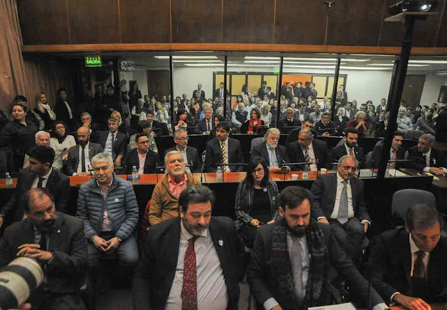 Audiência para ouvir os acusados. Cristina Kirchner (no fundo) entre ex-ministros e 'laranjas' De Vido Báez e Carlos Kirchner entre outros