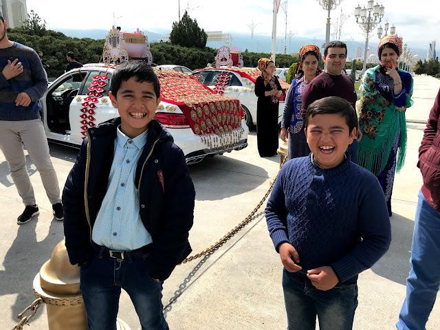 トルクメニスタンのアシュガバード市内で遭遇した結婚式と、現地の子どもたち