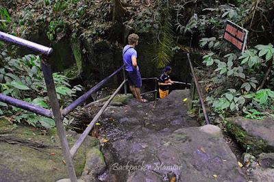 Menuju Air Terjun Kanto Lampo melewati tangga batu