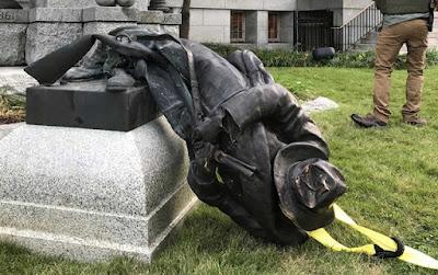 Manifestantes derrubam símbolo dos racistas na Carolina do Norte