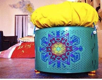 Tempat duduk ottoman dari drum mesin cuci.