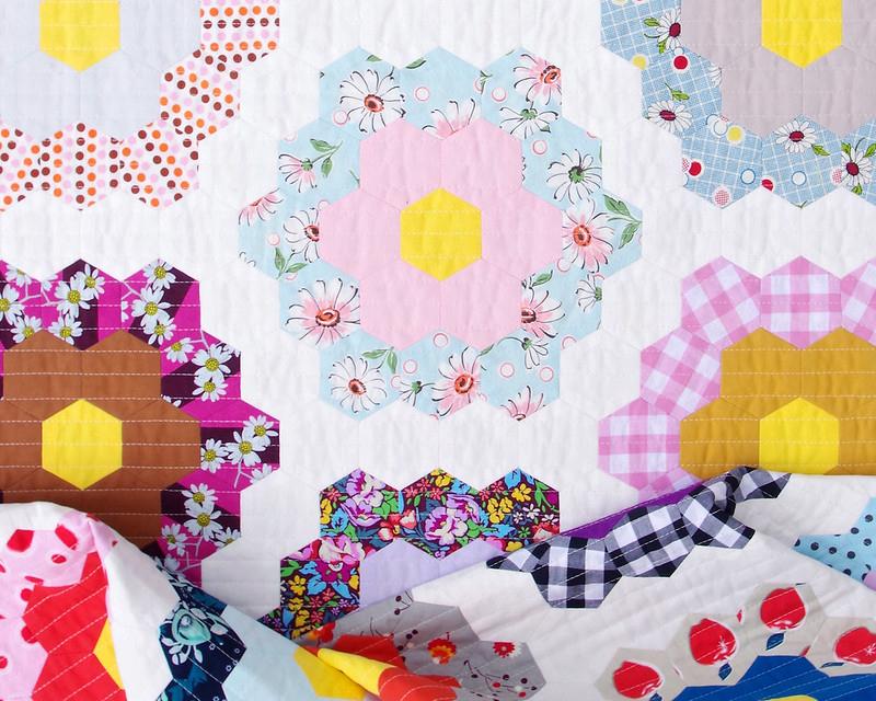 A Traditional Grandmother's Flower Garden Quilt | © Red Pepper Quilts 2020 #hexagonquilt #englishpaperpiecing
