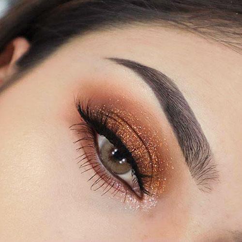 Maquillaje de ojos navideño en marrón y glitter