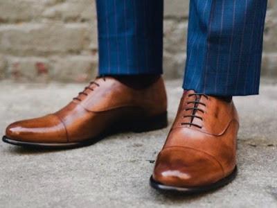 Perpaduan outfit dengan sepatu warna cokelat