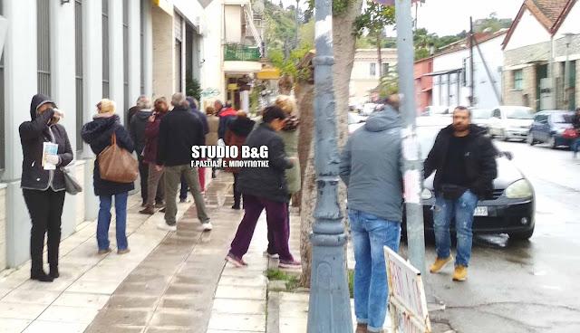Ουρές έξω από τις τράπεζες στο Ναύπλιο
