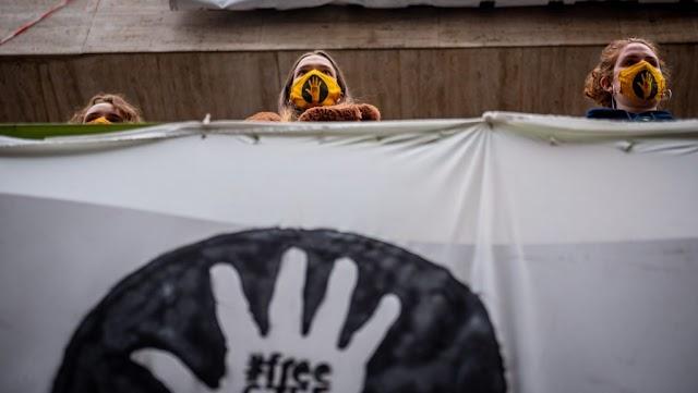 Rettegés az SZFE épületénél: Kigyúrt, kopasz, fekete ruhás biztonsági őrök jelentek meg