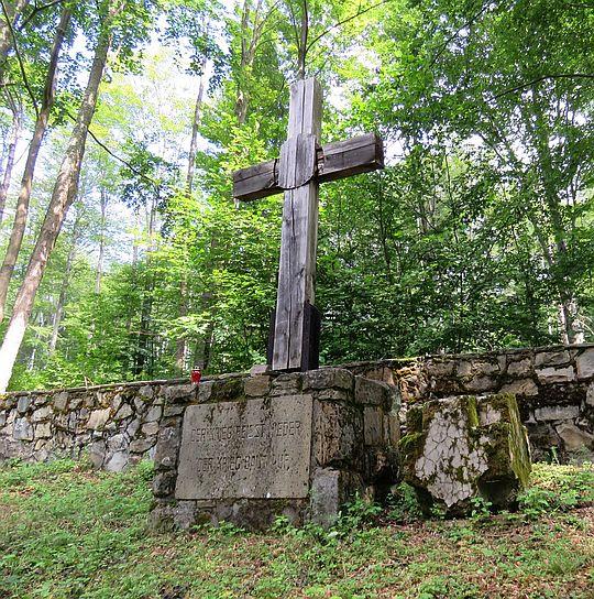 """Krzyż z inskrypcją """"Der Krieg Reisst Nieder - Der Krieg Baut Auf""""."""