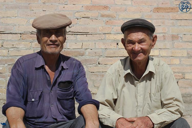Le Chameau Bleu - Blog Voyage Ouzbékistan - Ouzbek au marché