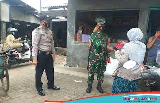 Optimalkan PPKM Personel TNI dan Polri Bagikan Masker