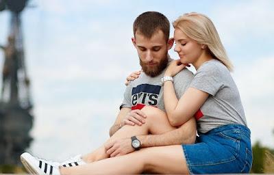 Romantik ist ein Weg, um Ihre Liebe auszudrücken, das i-Tüpfelchen. Aber warten Sie nicht auf besondere Anlässe, um Ihre Liebe auszudrücken. Stellen Sie sicher, dass Sie Ihre liebevolle Beziehung pflegen, indem Sie diese Grundgewohnheiten in Ihrem täglichen Leben üben. Diese mögen sehr einfach erscheinen, aber wie viele üben Sie regelmäßig? Verzweifle nicht ... es ist nie zu spät, gute, liebevolle Gewohnheiten anzunehmen.    Die meisten Paare, die wegen Problemen in meine Beratungspraxis kommen, berichten, dass ihre Ehe vor langer Zeit ihre Romantik verloren hat. Es ist leicht, sich romantisch zu fühlen, wenn man getrennt lebt und sich verabredet, weil jeder Moment, den man zusammen verbringt, etwas Besonderes ist. Von dem Moment an, in dem Sie anfangen, zusammen zu leben, sind solche romantischen Momente nicht mehr automatisch. Stattdessen wird ein Großteil Ihrer gemeinsamen Zeit für alltäglichere Dinge aufgewendet: Wäsche waschen, Geschirr spülen, Rechnungen bezahlen oder zur Arbeit gehen. Obwohl dies zunächst neu, aufregend und unterhaltsam sein kann, fühlen sich solche alltäglichen Dinge nicht mehr aufregend und romantisch an, sobald die anfängliche Neuheit des Zusammenlebens nachlässt, und Sie fühlen sich möglicherweise besorgt, dass Ihr Partner sich nicht mehr so sehr darum kümmert oder ist genauso aufgeregt, mit dir zu sein.    Die Entwicklung dieser guten Beziehungsgewohnheiten wird einen großen Unterschied in Ihrem Glück bewirken.