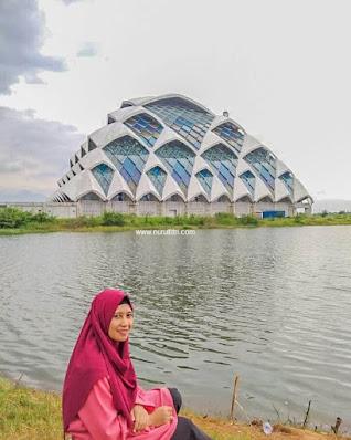 Bersantai di dekat Masjid Al Jabbar Gedebage Bandung