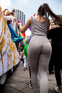 Bonita chica mexicana marcando tanga calzas ajustadas