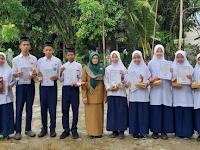 Siswa Rangking 3 Besar Terima Hadiah Dari Kepala Madrasah
