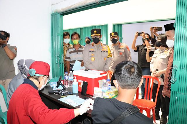 Kapolda Jambi Irjen Pol A Rachmad Wibowo SIk memantau langsung Vaksinasi Massal Tahap I dan Tahap II di Angso Duo