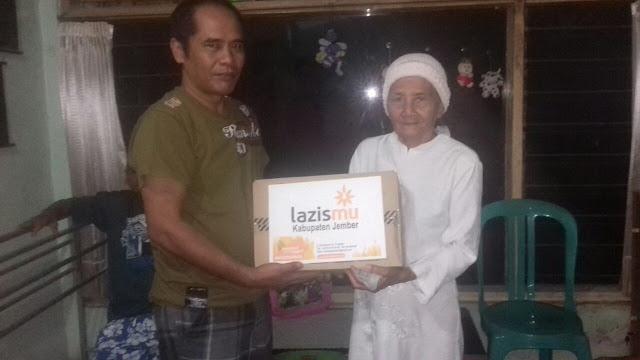 Eko, Ketua RT menyerahkan bantuan dari Donatur Lazismu Jember