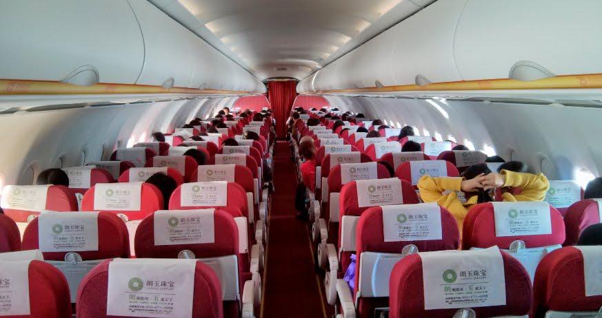 Incredibile: cinese apre il portellone d'emergenza di un aereo Lucky Air per il troppo caldo