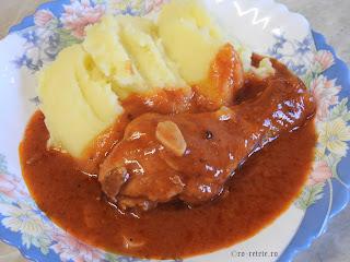 Ostropel de pui cu piure de cartofi reteta de casa rapida cu carne prajita si sos tomat din bulion faina si usturoi retete mancare tocana tocanita dobrogeana traditionala,