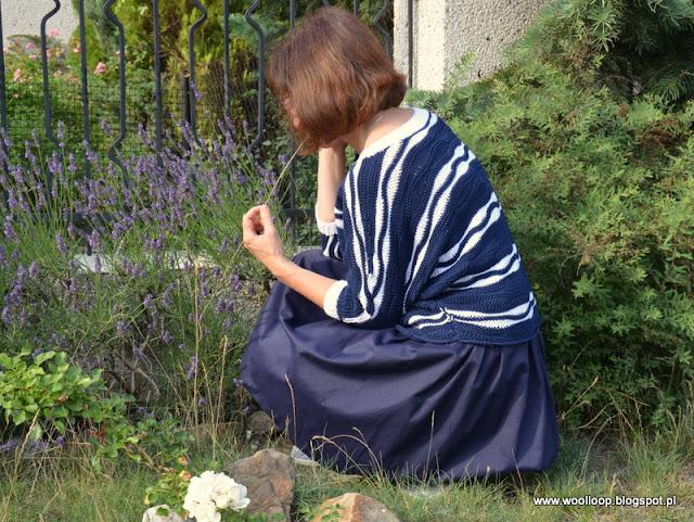 Kucająca postać w kimonowej bluzce granatowo-białej