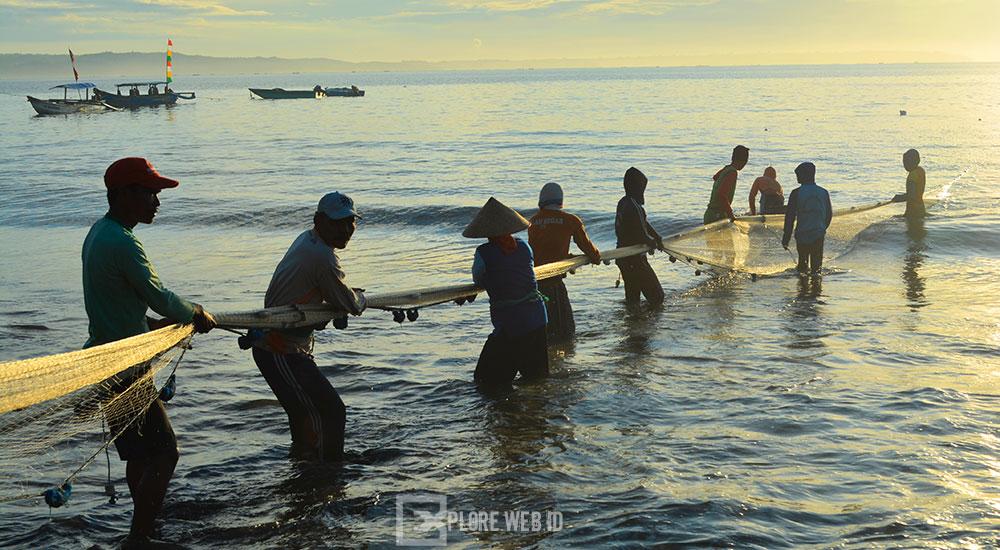 aktivitas nelayan menangkap ikan di pantai timur pangandaran