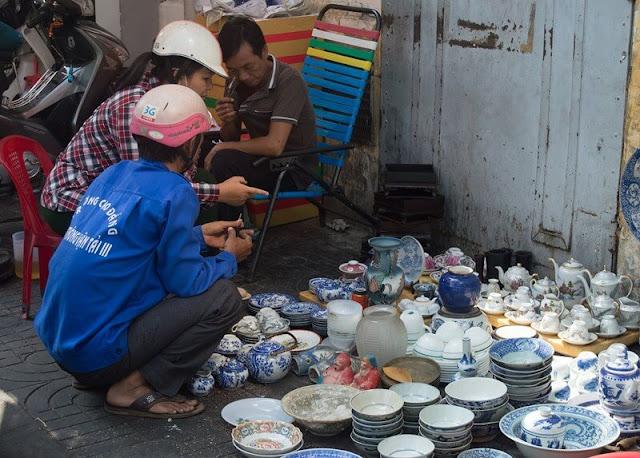 Chợ Kiều cũng có cả những hiện vật đồ sứ được triều Nguyễn đặt làm tại Trung Hoa xưa, có thể gặp ở đó những dầm trà xanh trắng, vẽ tích Việt như Tư Dung Thắng Cảnh, Tam Thai Đồ, với những hiệu đề Nội Phủ, Nhược Thâm Trân Tàng, Uẩn Tàng Xuân Mỹ, Gia Tàng Định Vật…