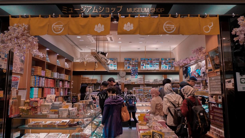 toko souvenir di dalam osaka castle