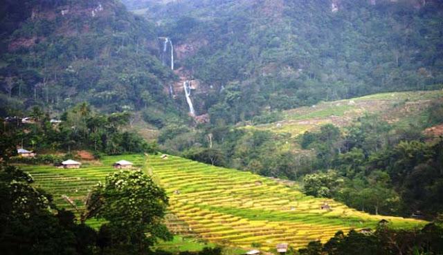 merupakan salah satu daerah wisata menarik di Provinsi Nusa Tenggara Timur MENIKMATI SEGARNYA AIR TERJUN TENGKU LESE KAB. MANGGARAI