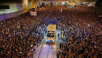 Viralnya, Lautan Massa Terbelah Di Hong Kong Karena Ambulan
