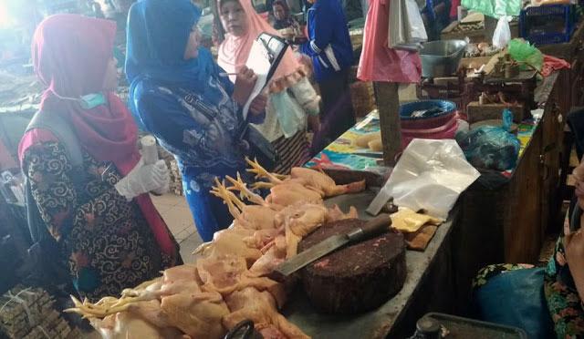 Penjual daging ayam di Lumajang